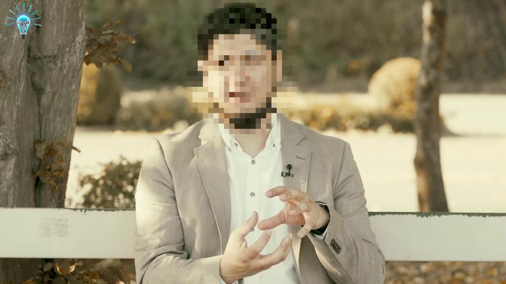 Person sitzt auf einer Bank, helles Licht, argumentiert mit den Händen, oben links das Logo